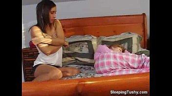 Moreninha safada acordando a sua amiga ruivinha para elas darem uns peguinhas