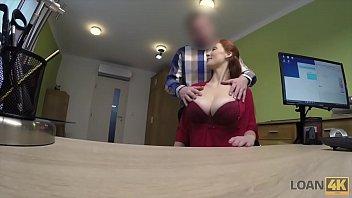 Ruiva dos peitos grandes trepa em um porno gratis com o entrevistador de emprego