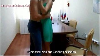 Secretaria ninfeta transando com entrevistado em um vídeo de sexo para o pornhub