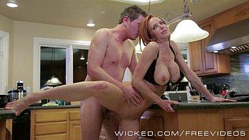 Veronica Avluv safada da porra de ruiva fazendo sexo no meio da cozinha