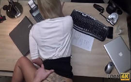Comendo a secretária safada dentro do escritório de quatro no melhor do porno gratis