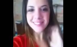 Novinha Frentista Caiu na Net Batendo Siririca na Cama de forma bem animadinha