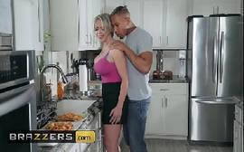 Pegando a loira gata com tudo no meio da cozinha em uma cena de sexo da brazzers