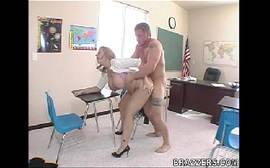 Sara Jay de quatro fazendo sexo na escola