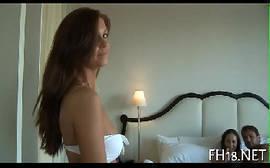 Vídeos porn com um cara bem dotado torando a buceta de duas novinhas colegiais dentro do quarto