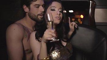 Cantora famosa quase nua mostrando os peitos bicudos