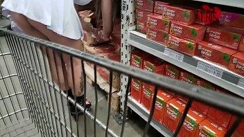 Esposa se exibindo no mercado de sainha curta sem calcinha