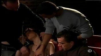 Loira puta na orgia com machos dentro do cinema