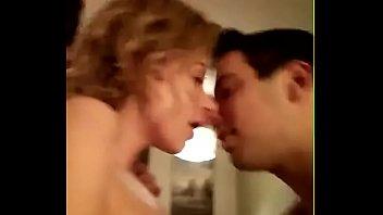 Macho beija noiva enquanto amigo fode seu cuzinho
