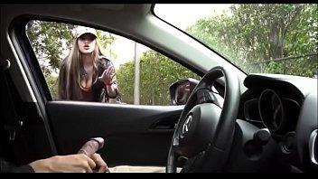 Xhamster dotado bate punheta no carro e deixa mulheres com tesão