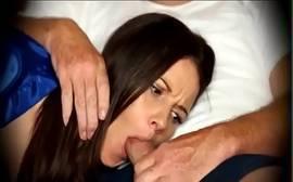 Beeg pai faz filha chupar sua rola deitada no sofá