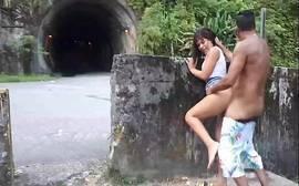 Flagra casal fodendo na entrada do túnel ao ar livre