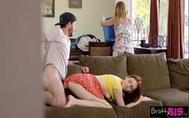 Mãe flagra filho fodendo e sua enteada no sofá da sala