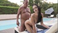 Filha sexo pai gordinho na beira da piscina no quintal