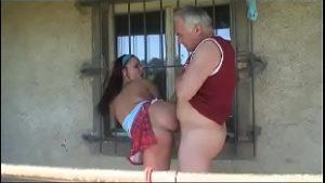 Sexo proibido tio chupa e fode a sobrinha fofinha tesuda no sitio